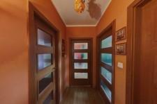 02 - Pohled z chodby na dve�e pokoj� a koupelny