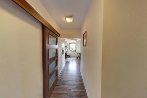 Chodba s pohledem do obývacího pokoje a kuchyně
