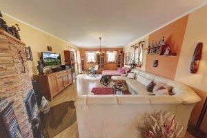 08 - Pohled do obývacího pokoje s krbem a vchodem na terasu