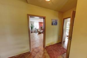 04 - Chodba se vstupem do obývacího pokoje a kuchyně