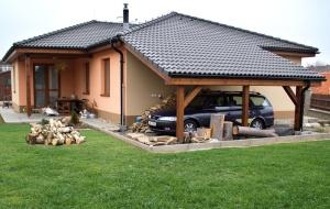 11 - Pohled na dům ze zahrady