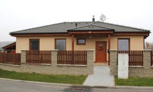 01 - Pohled na dům ze silnice